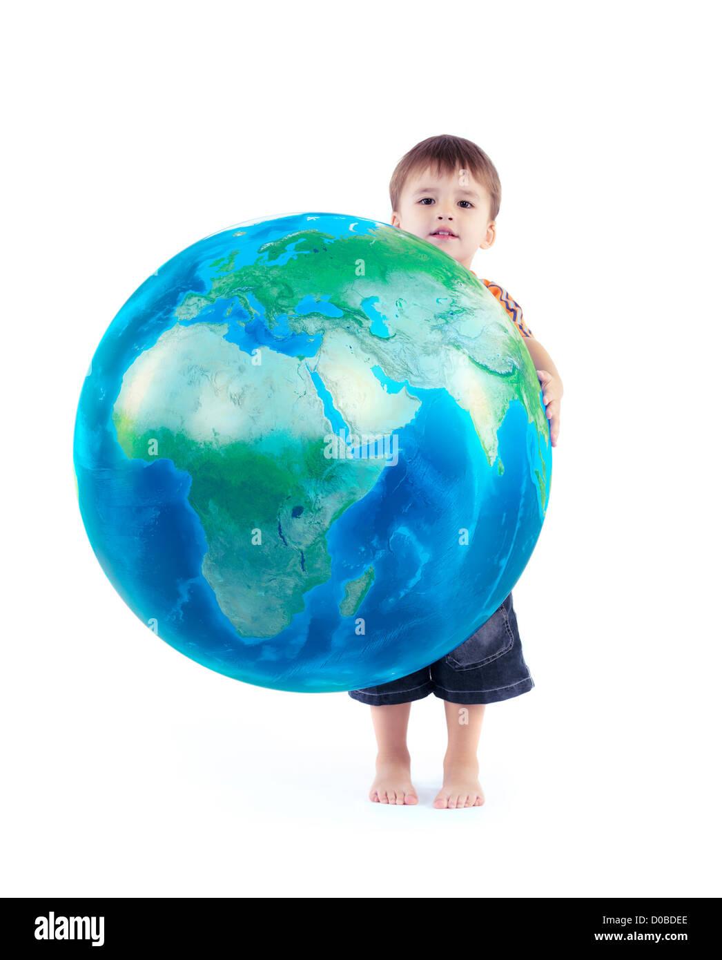 Little Boy holding world blue planet Earth globe dans ses mains, photo conceptuelle isolé sur fond blanc. Photo Stock
