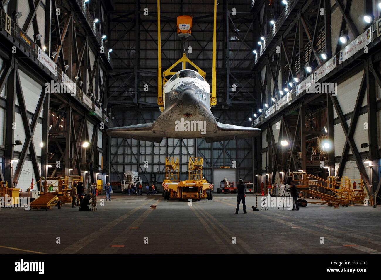 STS-131 Discovery levées à l'intérieur de VAB Photo Stock