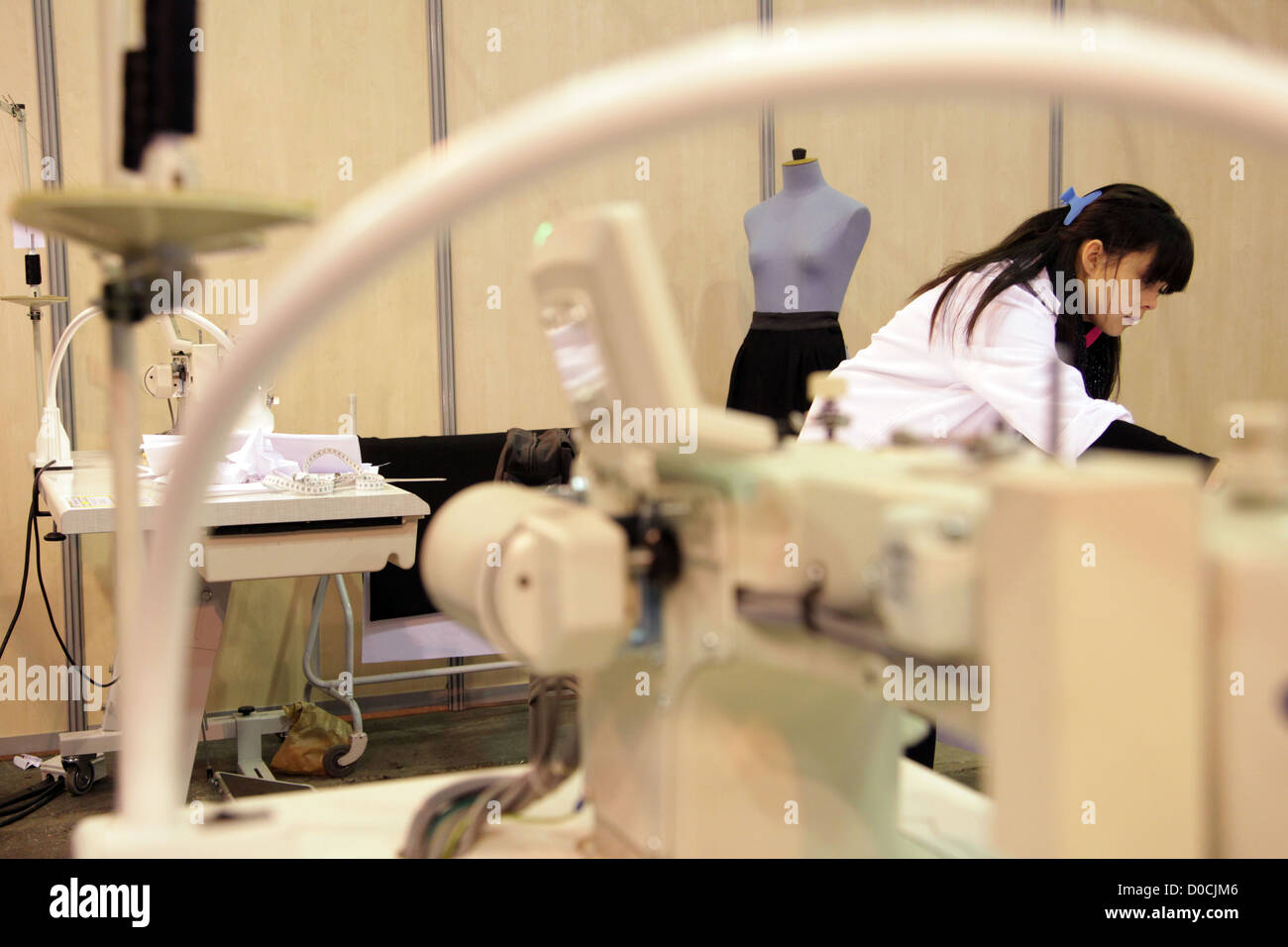 Étudiant EN DESIGN DE MODE ET DE COUTURE 42ÈME OLYMPIADES DES MÉTIERS EN BRETAGNE RENNES FRANCE Photo Stock