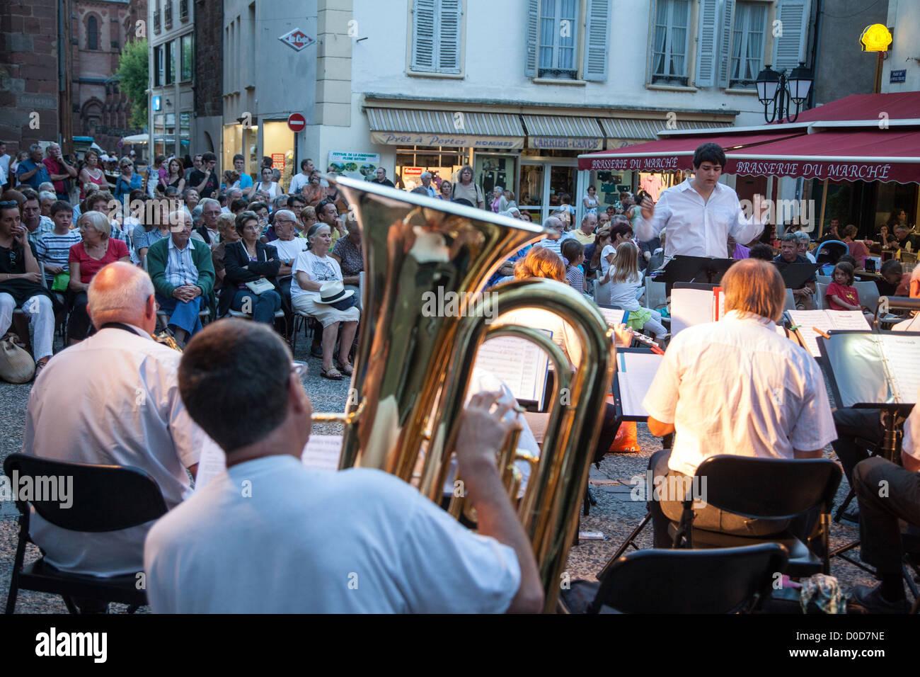 Animation musicale LE SOIR, FARMER'S MARKET ESPALION AVEYRON (12) FRANCE Photo Stock