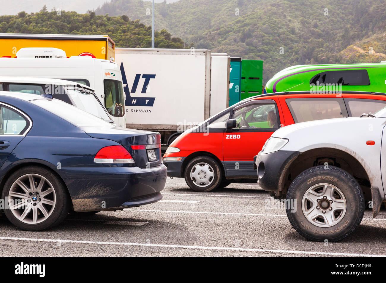 Les voitures, les camions et remorques de la queue aux quais de Picton, d'attente pour le ferry de Wellington. Photo Stock