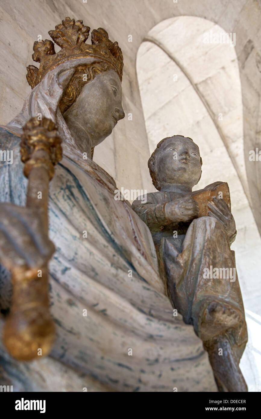 16ème siècle STATUE DE LA VIERGE À L'ENFANT À L'ÉGLISE NOTRE-DAME DE L'ABBAYE Photo Stock