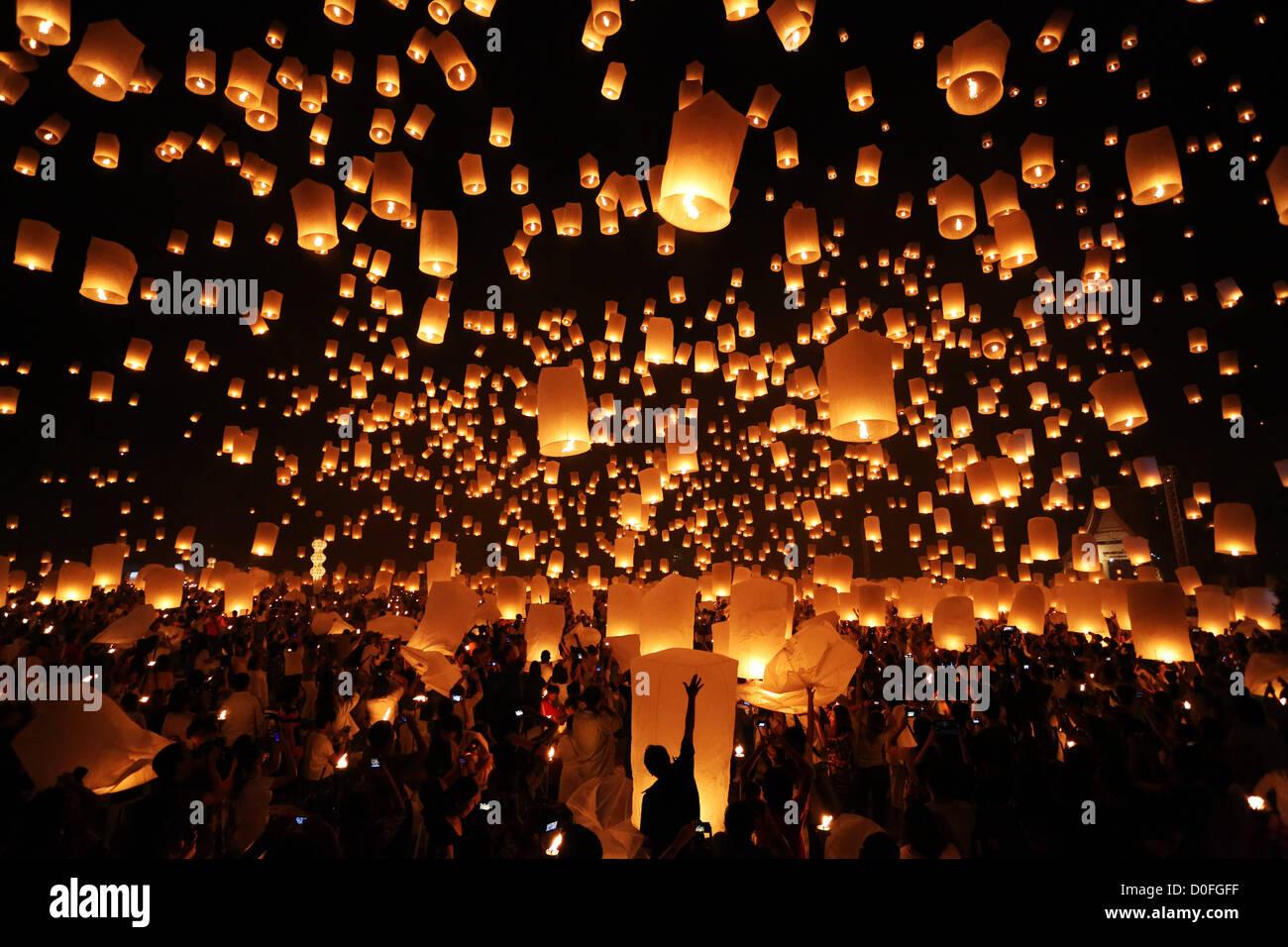 Chiang Mai, Thaïlande. 24 novembre 2012. Khom Loy au lanternes Yee Peng Sansai Lanterne flottante Cérémonie, partie de la célébrations Loy Kratong en hommage à Bouddha, Maejo à Chiang Mai, Thaïlande Banque D'Images