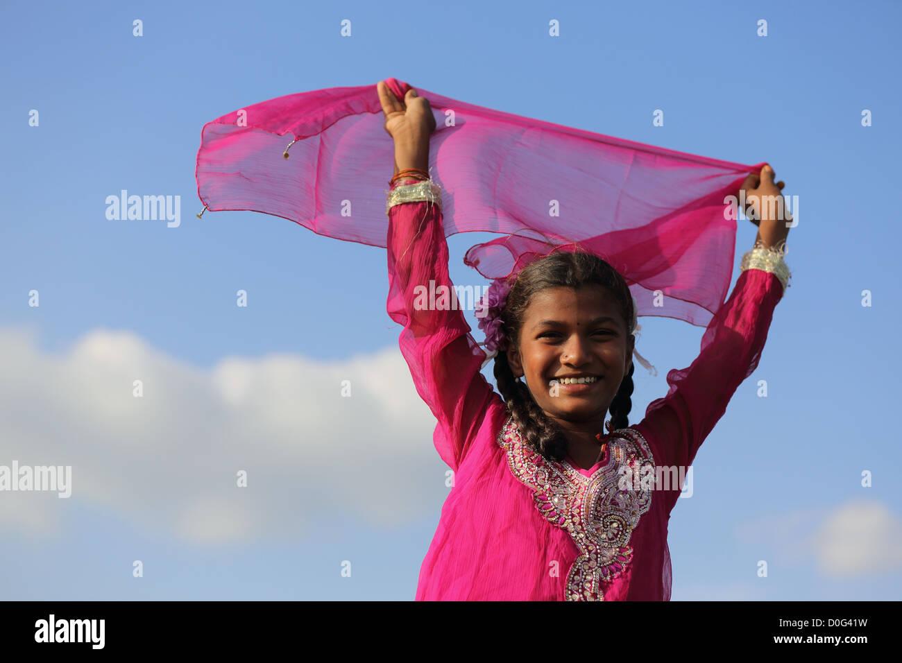 Indian girl smiling in le vent l'Andhra Pradesh en Inde du Sud Photo Stock