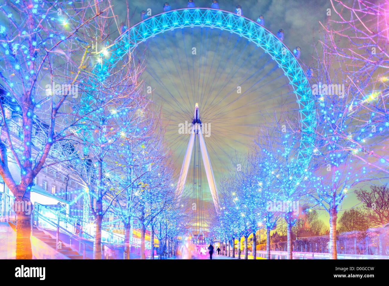 London Eye (grande roue du millénaire lumineux colorés avec des lumières de Noël de Noël Photo Stock