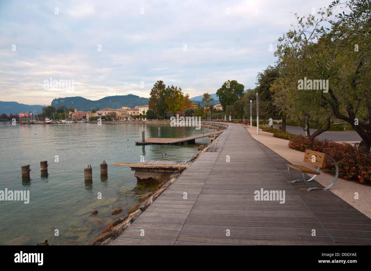 Promenade du lac au cours de l'automne Bardelino ville Lago di Garda Lac de Garde de la région de la Vénétie Photo Stock