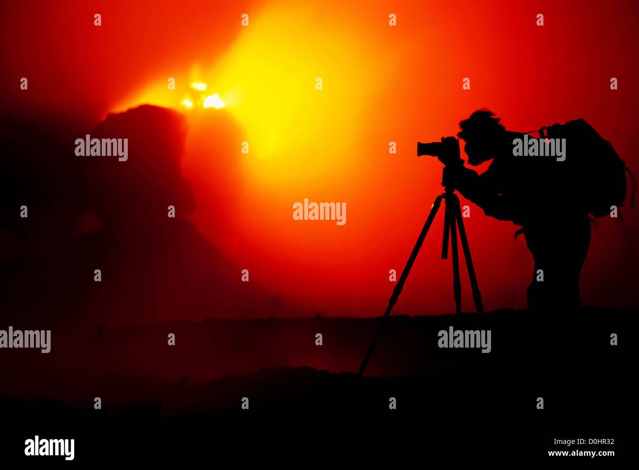 La silhouette du photographe par projections en éruption à l'intérieur de cônes de Pu'u Photo Stock