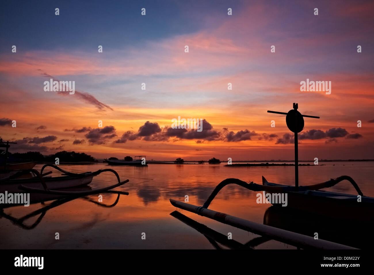 Coucher de soleil sur les bateaux de pêche traditionnels de Bali, Indonésie Photo Stock