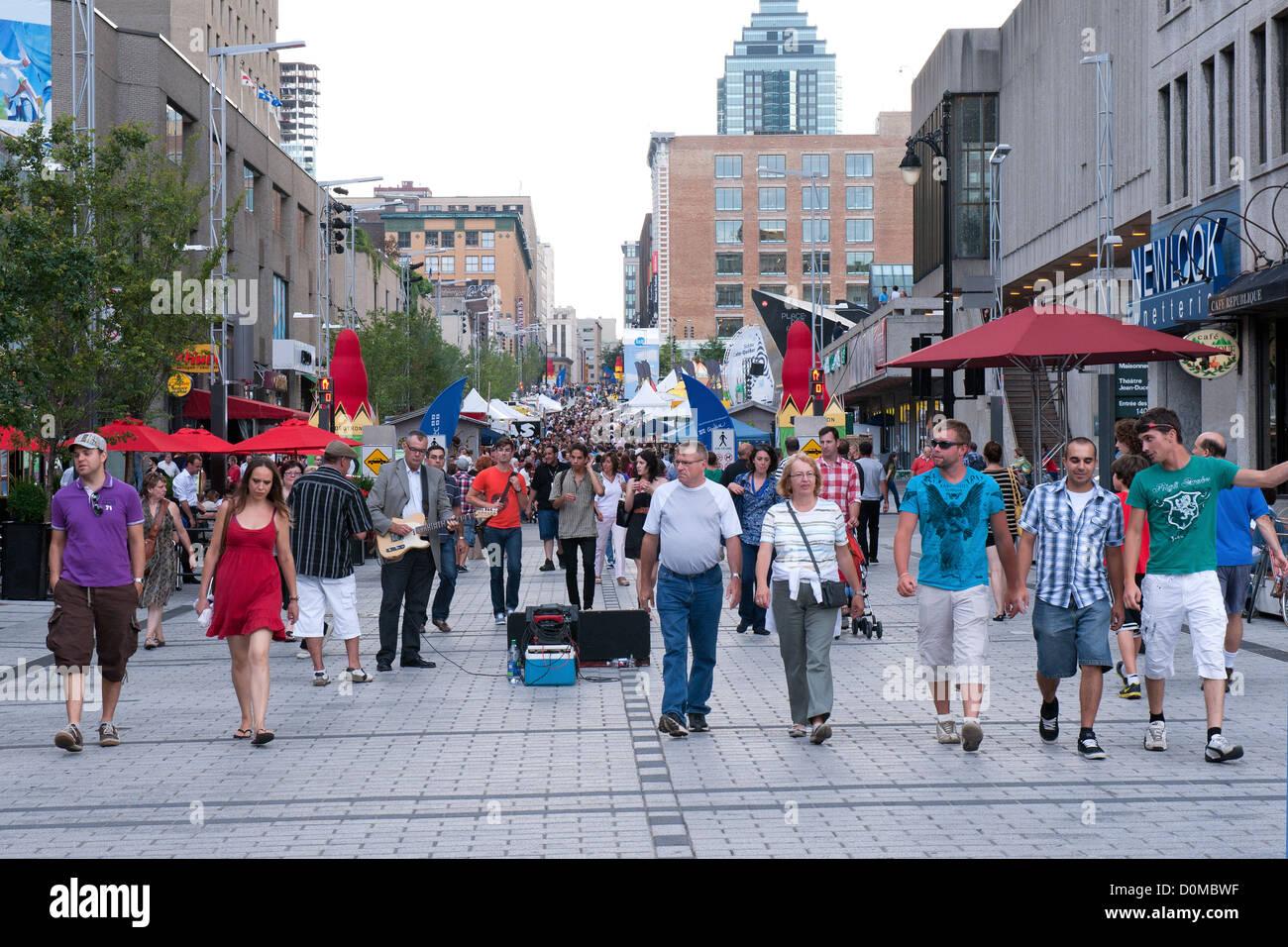 Les piétons sur une partie de la rue Ste Catherine qui est fermé aux voitures pendant les mois d'été.Montréal, Photo Stock