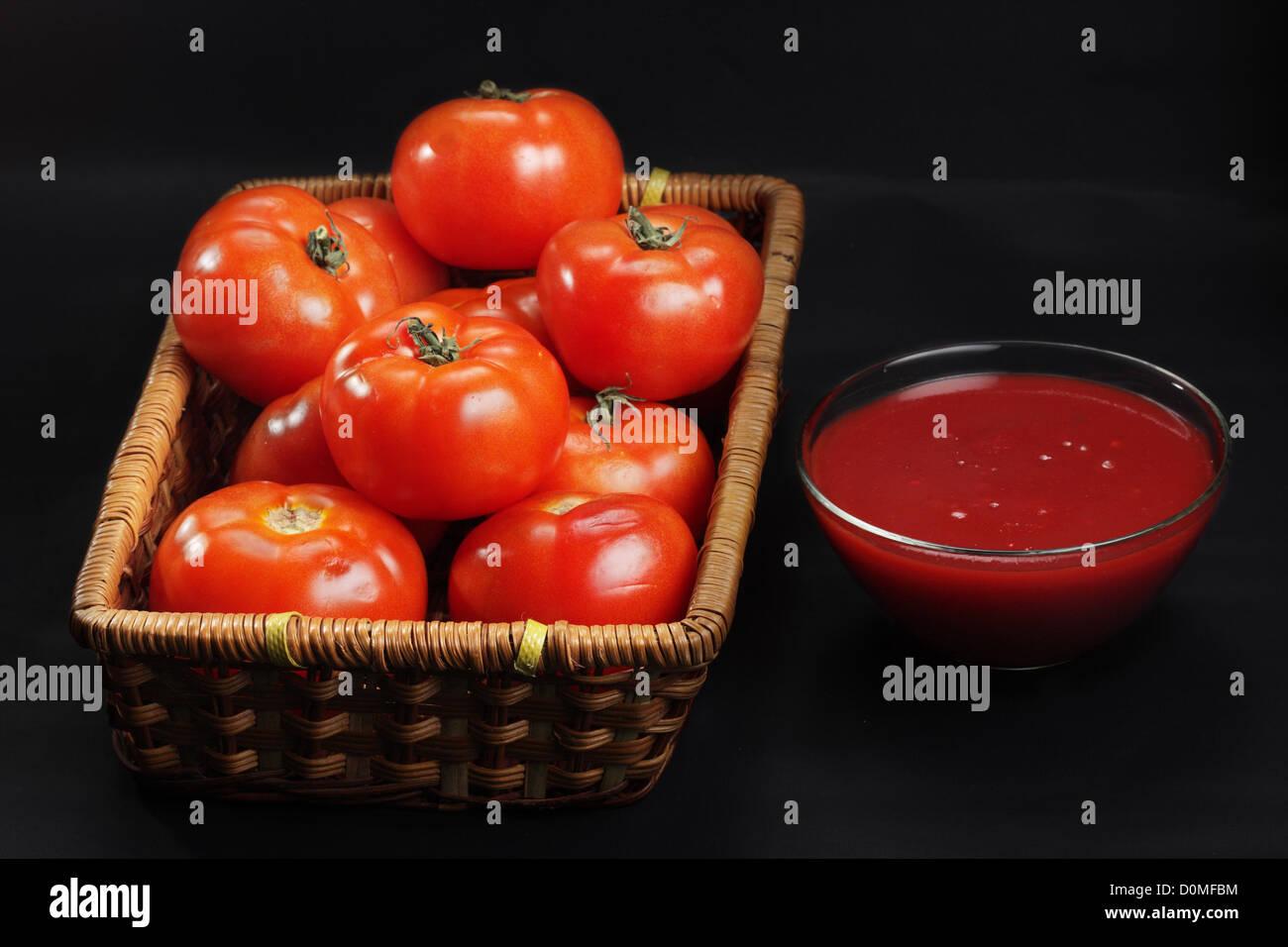 Panier de tomates et le ketchup intacte seulement Photo Stock