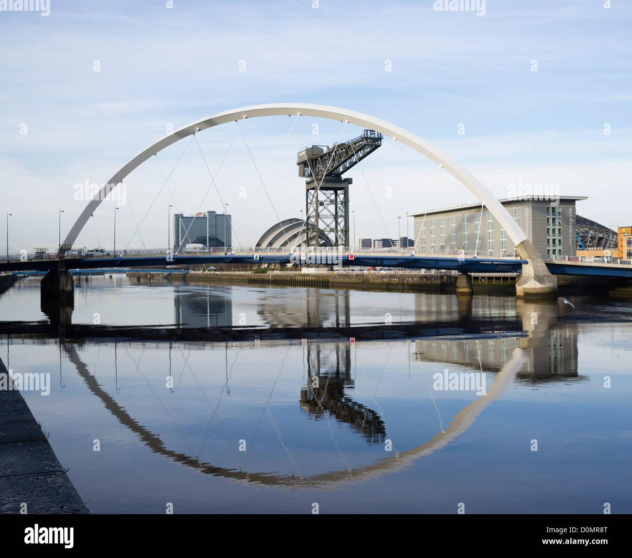 Le long de la rivière Clyde vers le pont d'arc ou aux pont comme il est connu localement vers la SECC à Glasgow Banque D'Images
