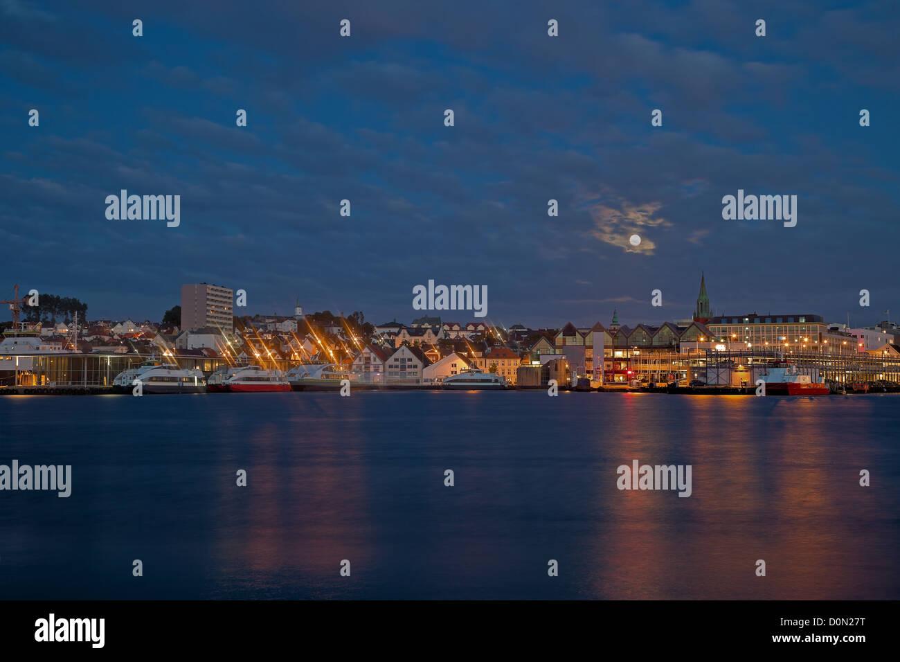 Nuit panorama de la ville portuaire de Stavanger, Norvège. Banque D'Images