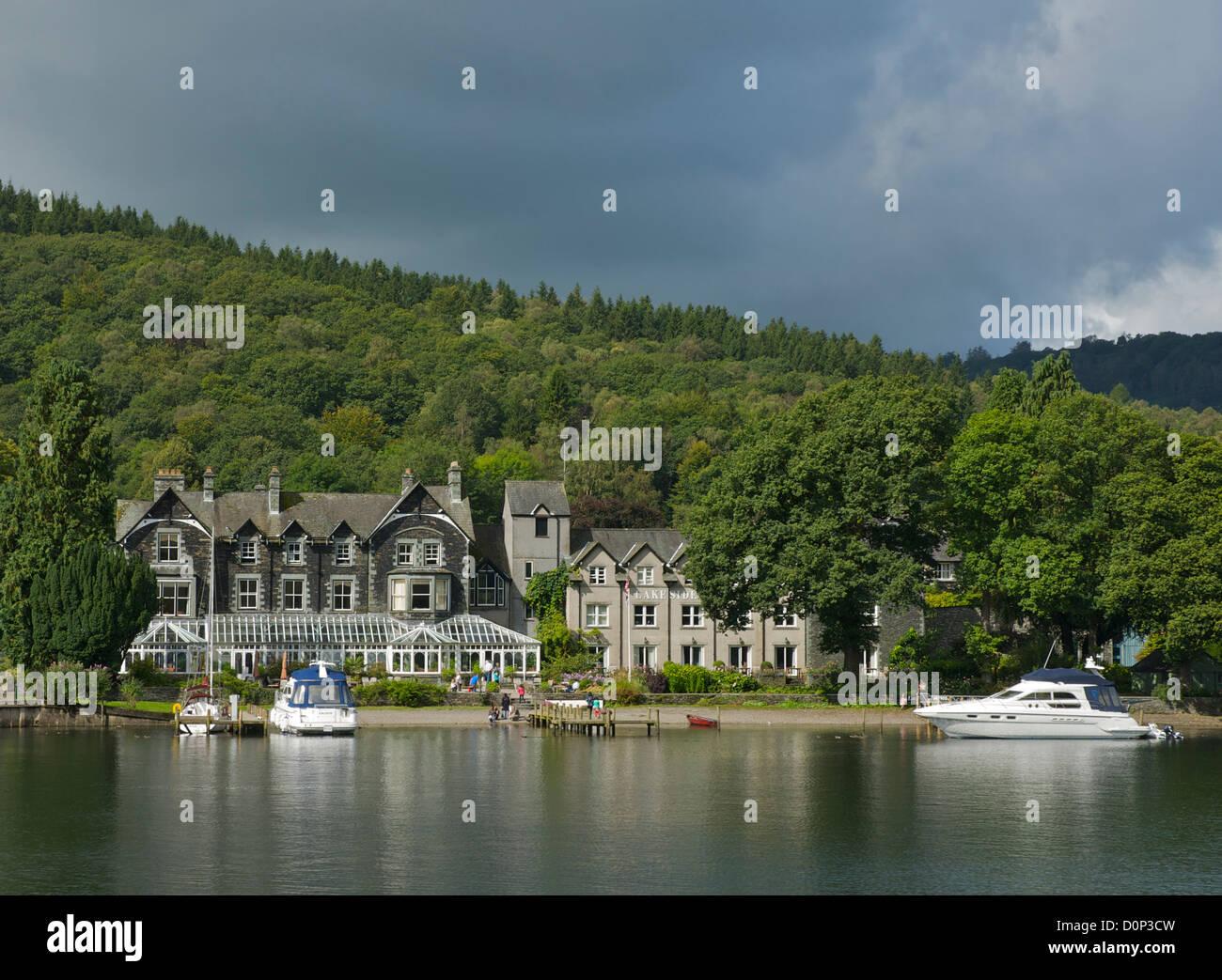 Hôtel au bord du lac, le lac Windermere, Parc National de Lake District, Cumbria, Angleterre, Royaume-Uni Photo Stock