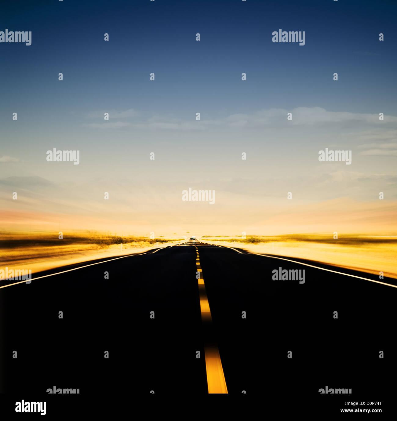 Image dynamique de l'autoroute et ciel bleu Photo Stock
