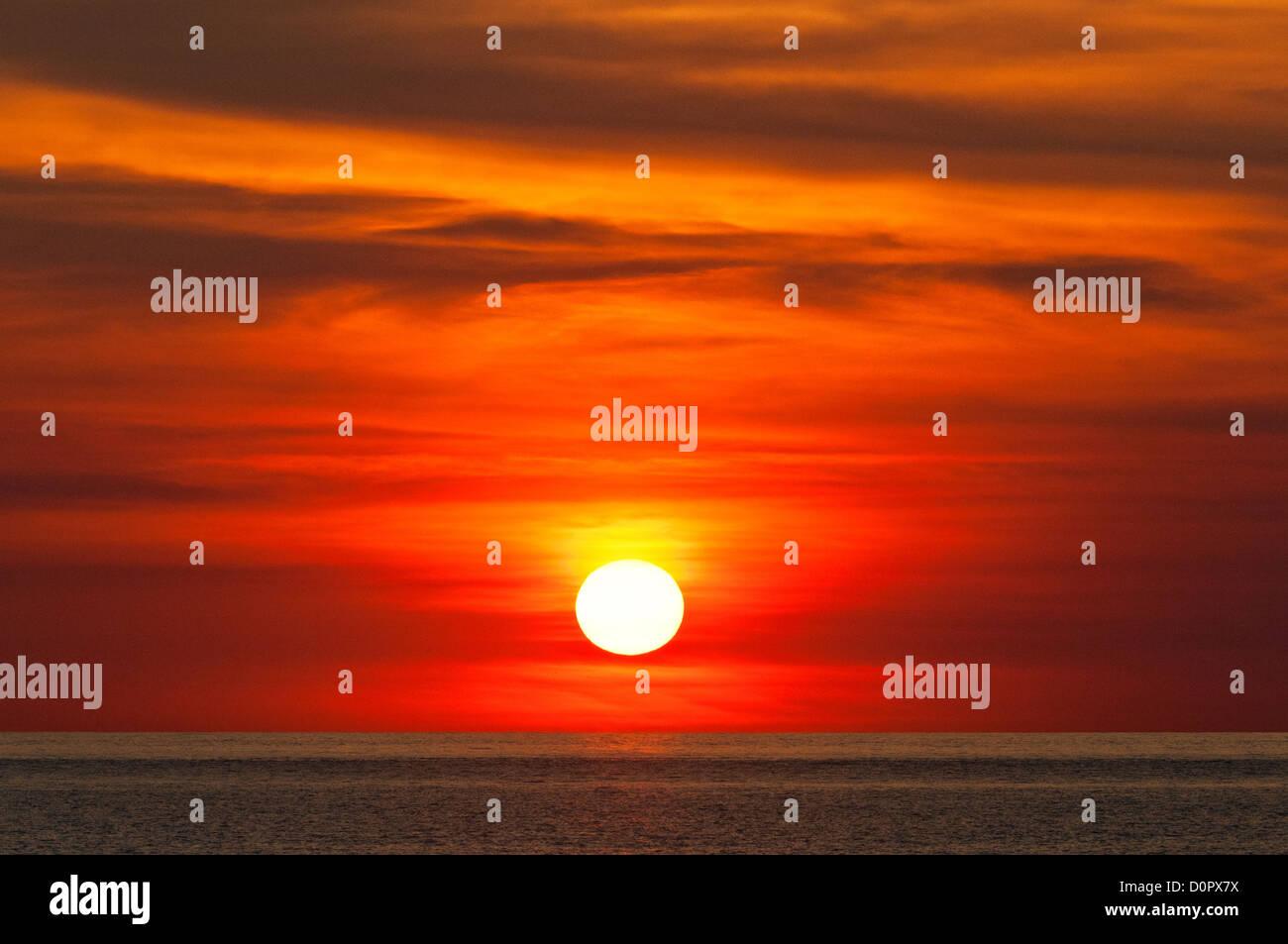 Fiery coucher de soleil sur l'Océan Indien. Photo Stock
