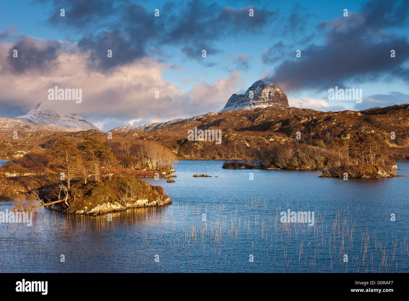 Loch Druim Suardalain avec Mts Canisp & Suilven saupoudrés de neige, Sutherland, Scotland Photo Stock