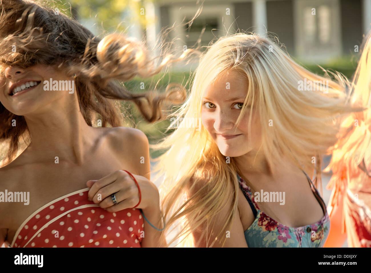 Les filles aux cheveux longs dans la lumière du soleil Photo Stock