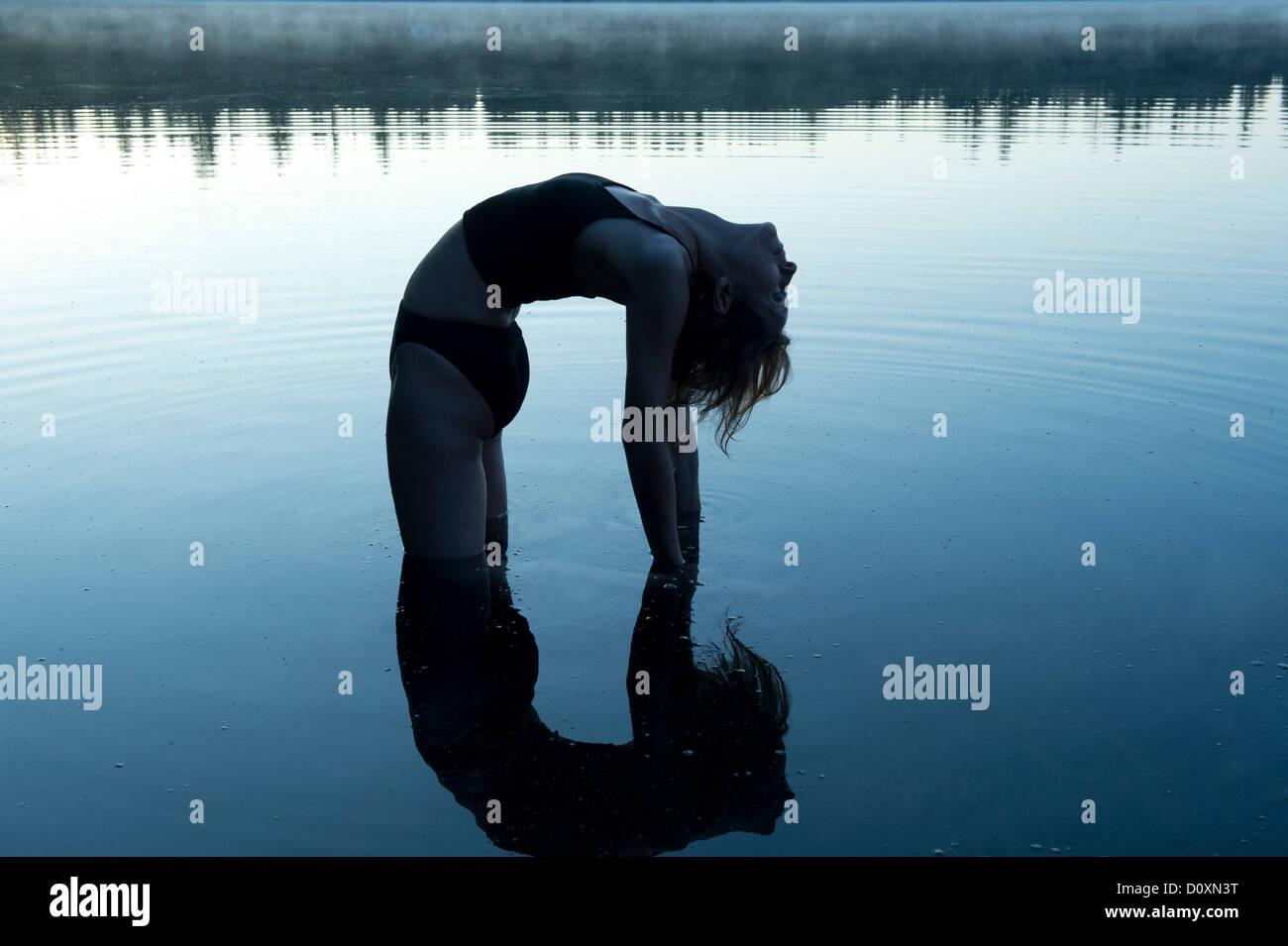 Flexion arrière dans le lac de femme Photo Stock