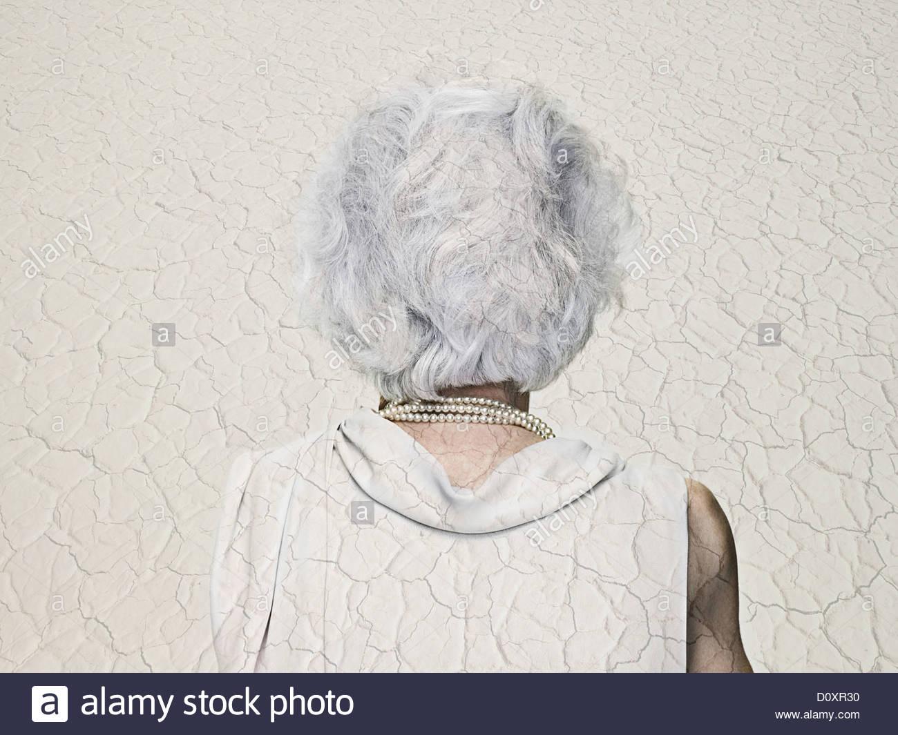 Chambre double Senior woman exposé avec un paysage aride Banque D'Images
