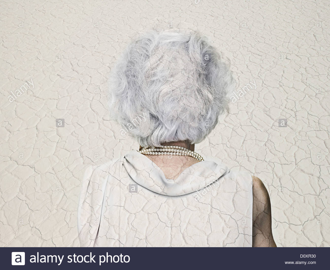 Chambre double Senior woman exposé avec un paysage aride Photo Stock