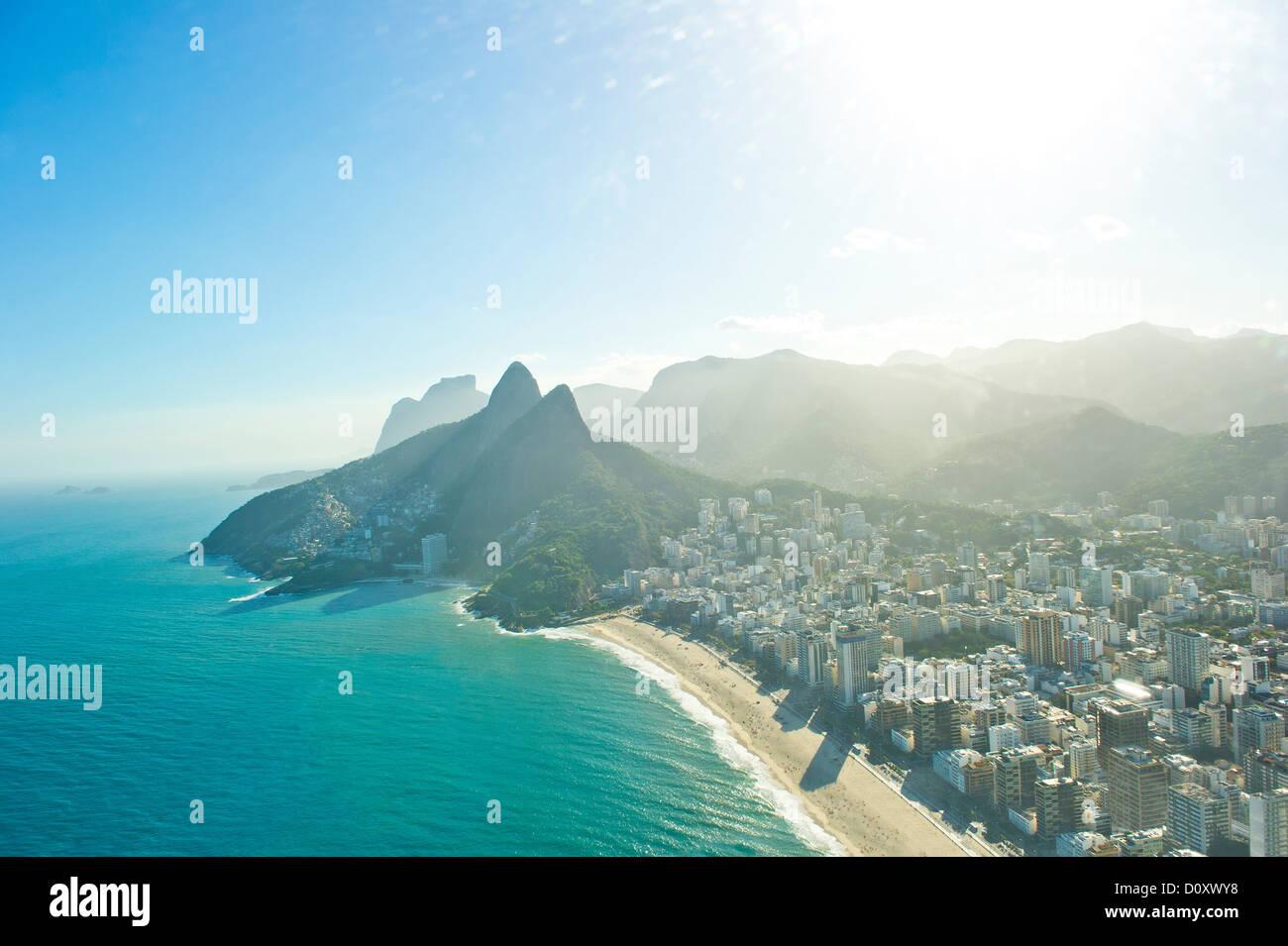 Vue aérienne de la plage d'Ipanema et Morro Dois Irmãos, Rio de Janeiro, Brésil Photo Stock