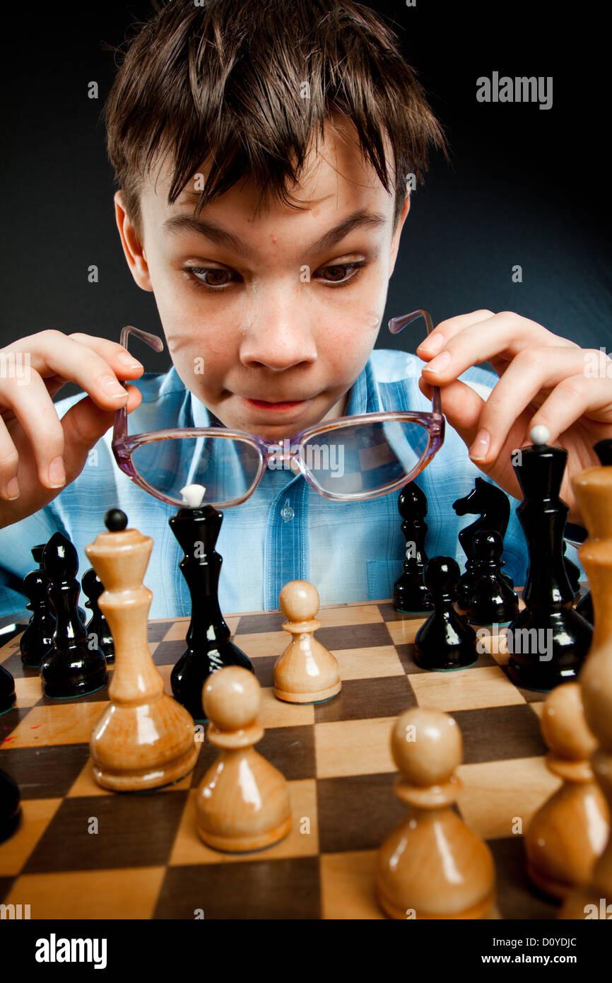 Nerd jouer aux échecs Banque D'Images