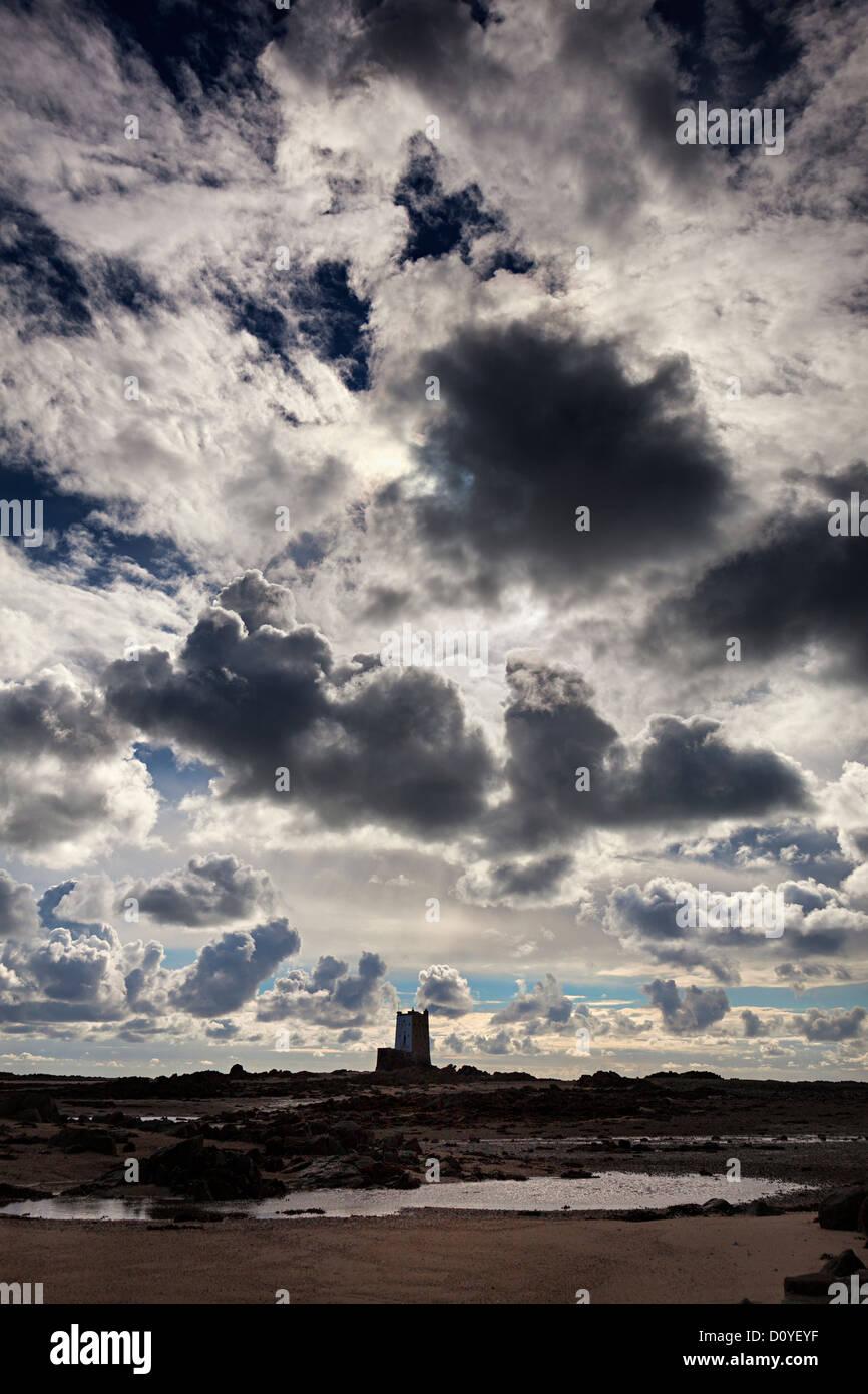 Ciel nuageux sur Seymour Tower, Jersey, Channel Islands, Royaume-Uni Photo Stock