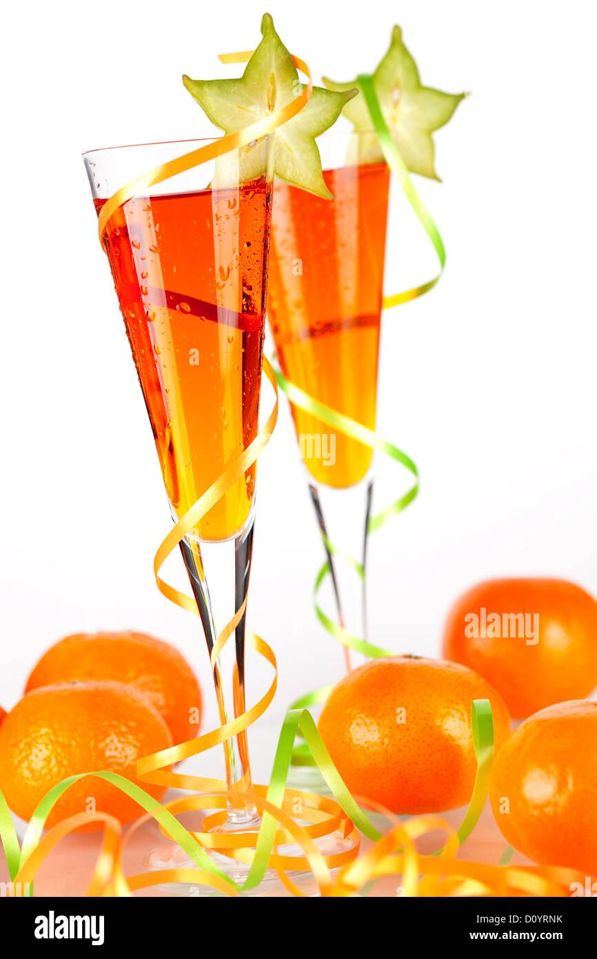Deux cocktails avec alcool orange caramboles et mandarines isolé sur fond blanc Photo Stock