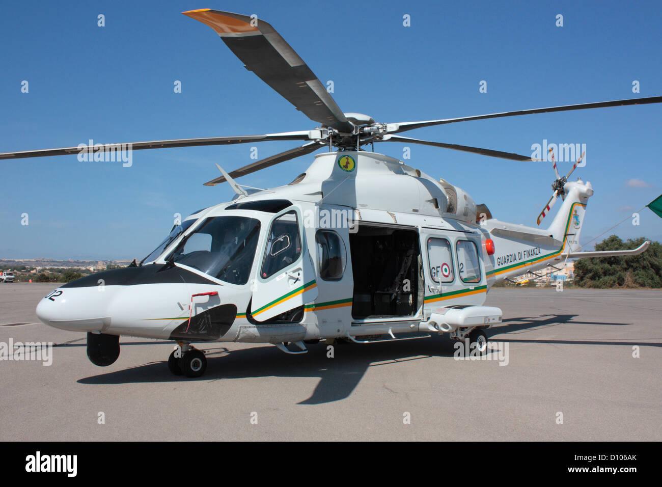 Hélicoptère AgustaWestland AW139 de la Guardia di Finanza ou service des douanes Photo Stock