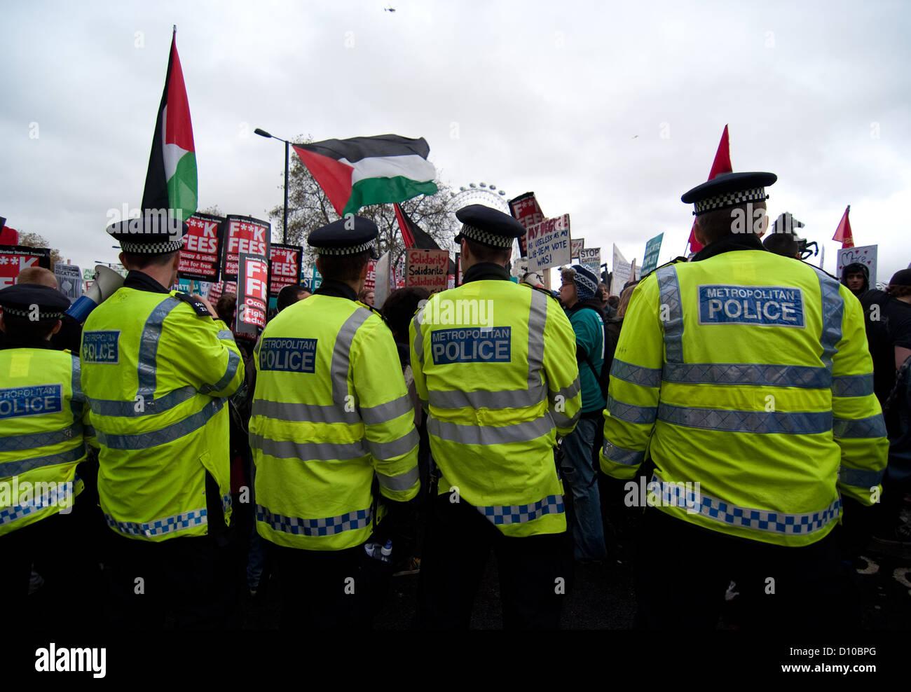 Blocus de la Police à Westminster au cours de London Demo 2012. Photo Stock