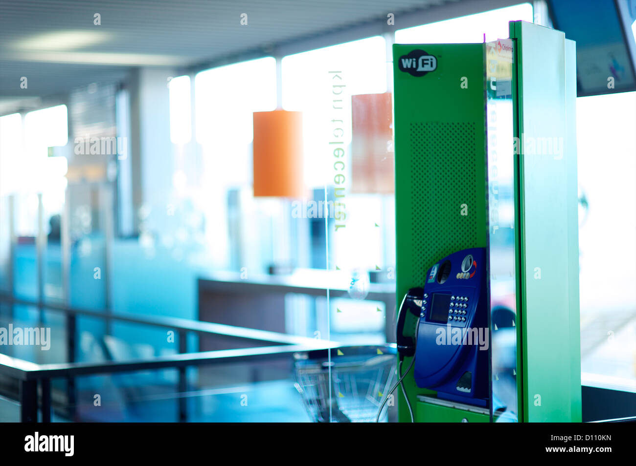 Boîte de téléphone dans un aéroport international Banque D'Images