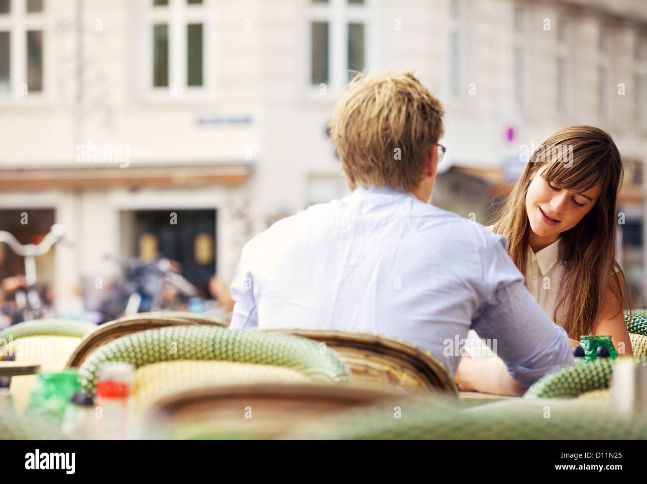 Femme d'avoir une conversation avec elle ce jour dans un restaurant en plein air Banque D'Images