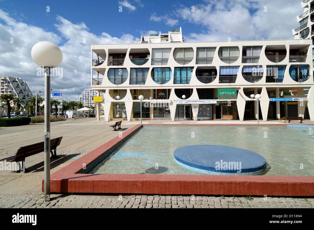 Bâtiment Delta Town Square et bassin ornemental de la Grande-Motte Hérault France Banque D'Images