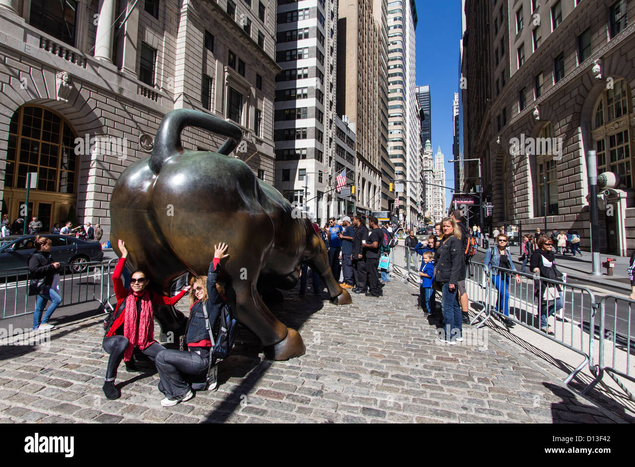 Les touristes au taureau de Wall Street, financial district, New York City, USA Photo Stock