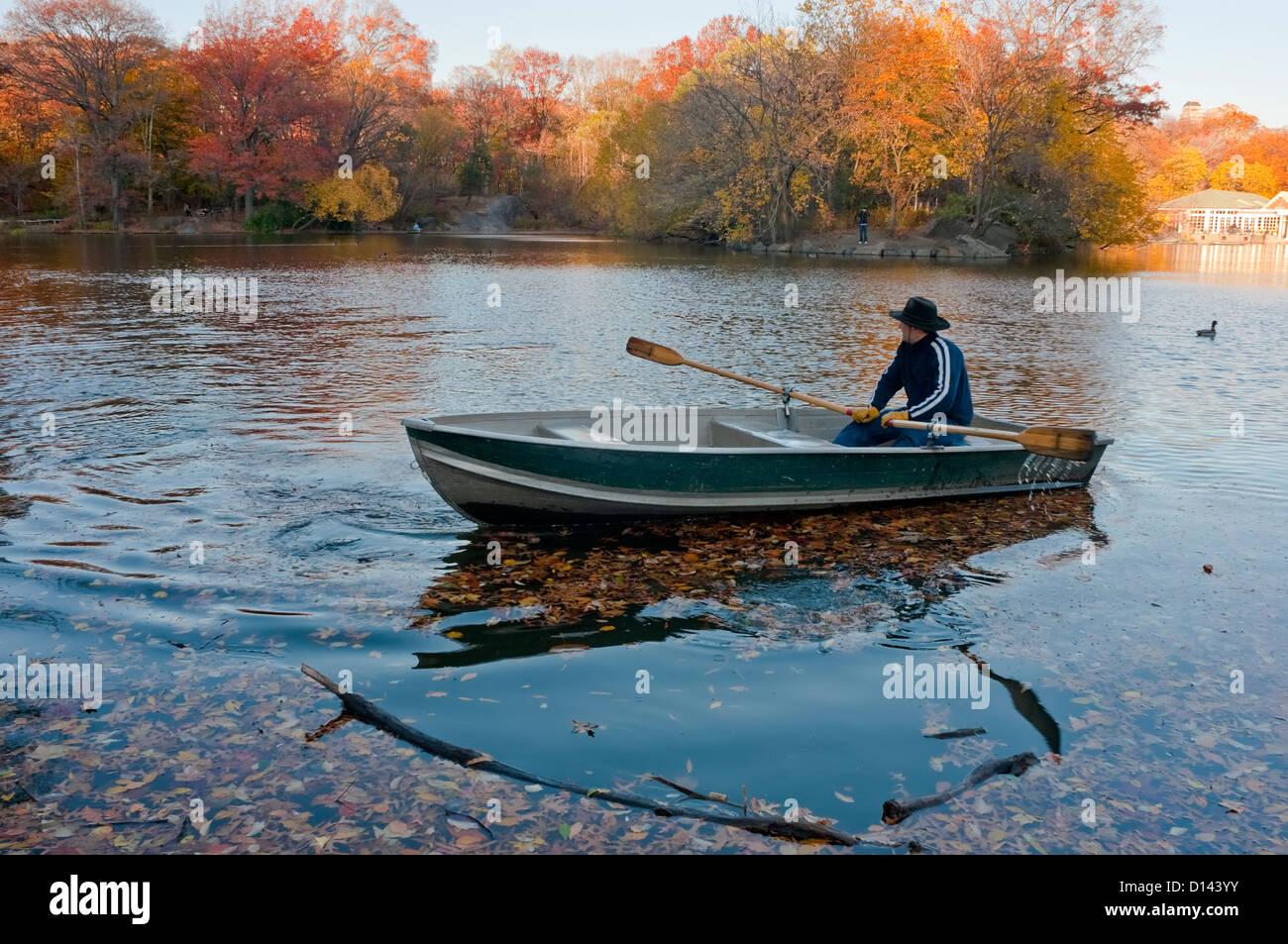 New York, NY - 19 novembre 2010 un bateau d'aviron de l'homme dans le lac dans Central Park Photo Stock
