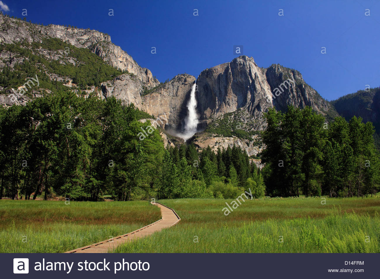 Plus de cascade en falaise paysage rural Banque D'Images