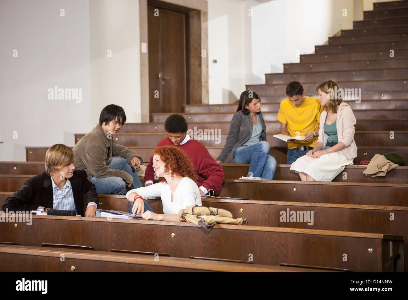 Les élèves en classe se prélasser Banque D'Images