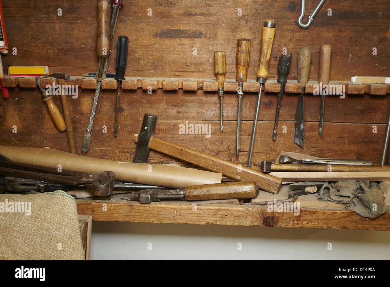 Burins et bois sur l'établi Photo Stock