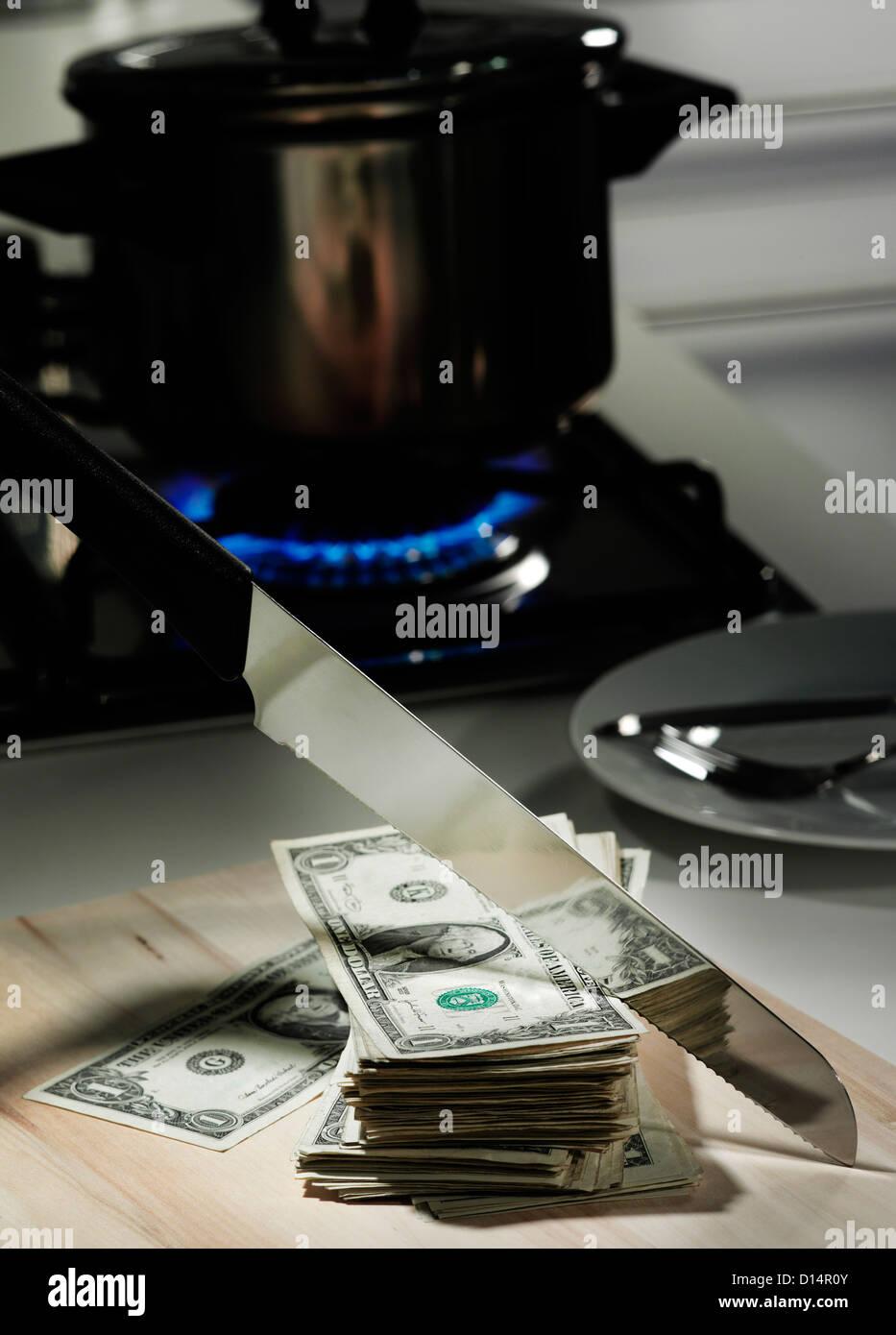 Billets d'un dollar dans une poêle sur la cuisinière Photo Stock