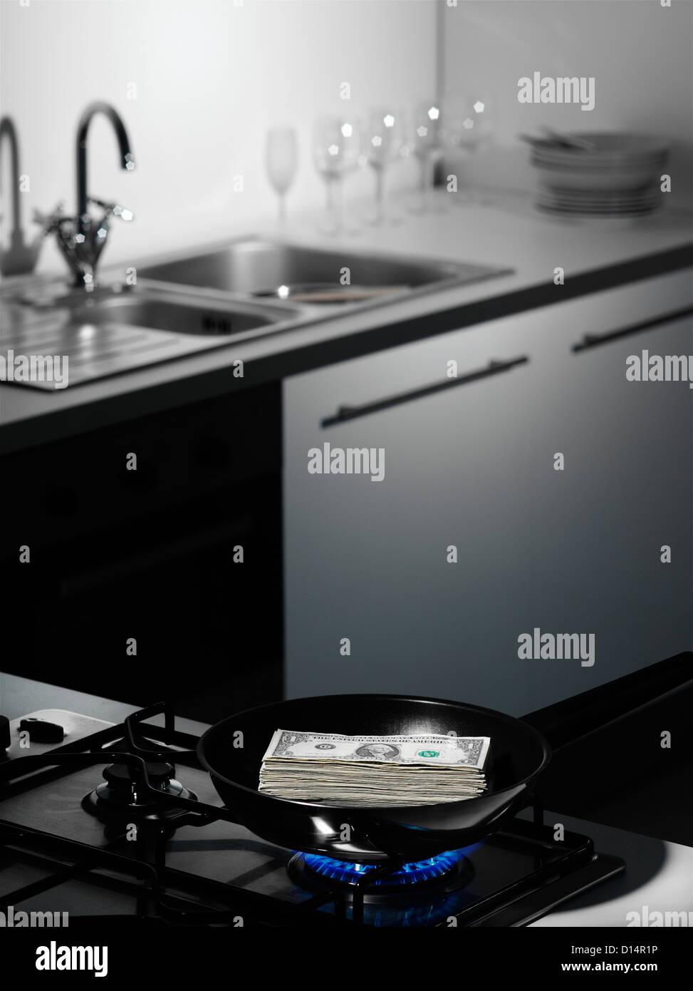 Des dollars sur une planche à découper dans la cuisine Photo Stock