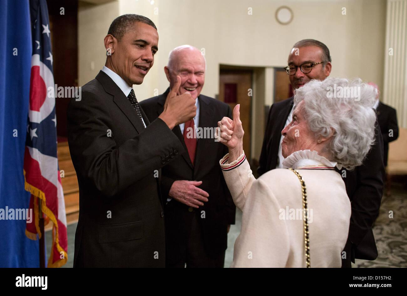 Le président américain Barack Obama et Annie Glenn, épouse de l'ancien sénateur John Glenn chaque message d'autres à la suite d'un événement à l'Ohio State University le 9 octobre 2012 à Columbus, Ohio Banque D'Images
