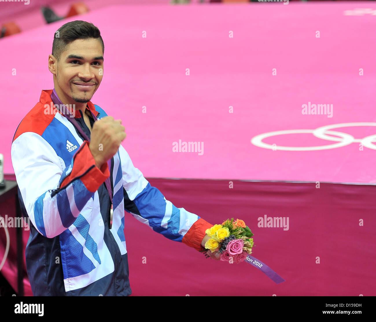 Louis Smith (GBR, Grande-Bretagne) les poinçons l'air après avoir obtenu sa médaille d'argent. Photo Stock