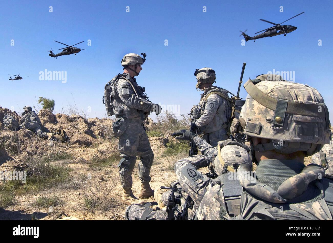 Les soldats nous attendre à être ramassé par des hélicoptères, 22 mars 2009 au sud de Balad Ruz, l'Iraq. Banque D'Images