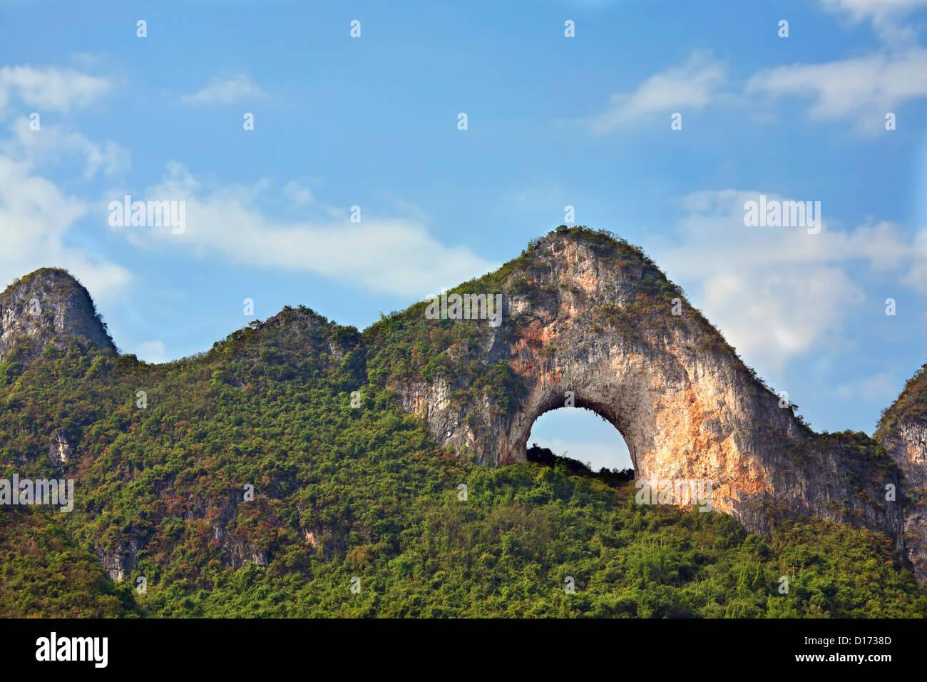 Moon Hill à l'extérieur de la région autonome du Guangxi, Yangshuo, Chine Photo Stock