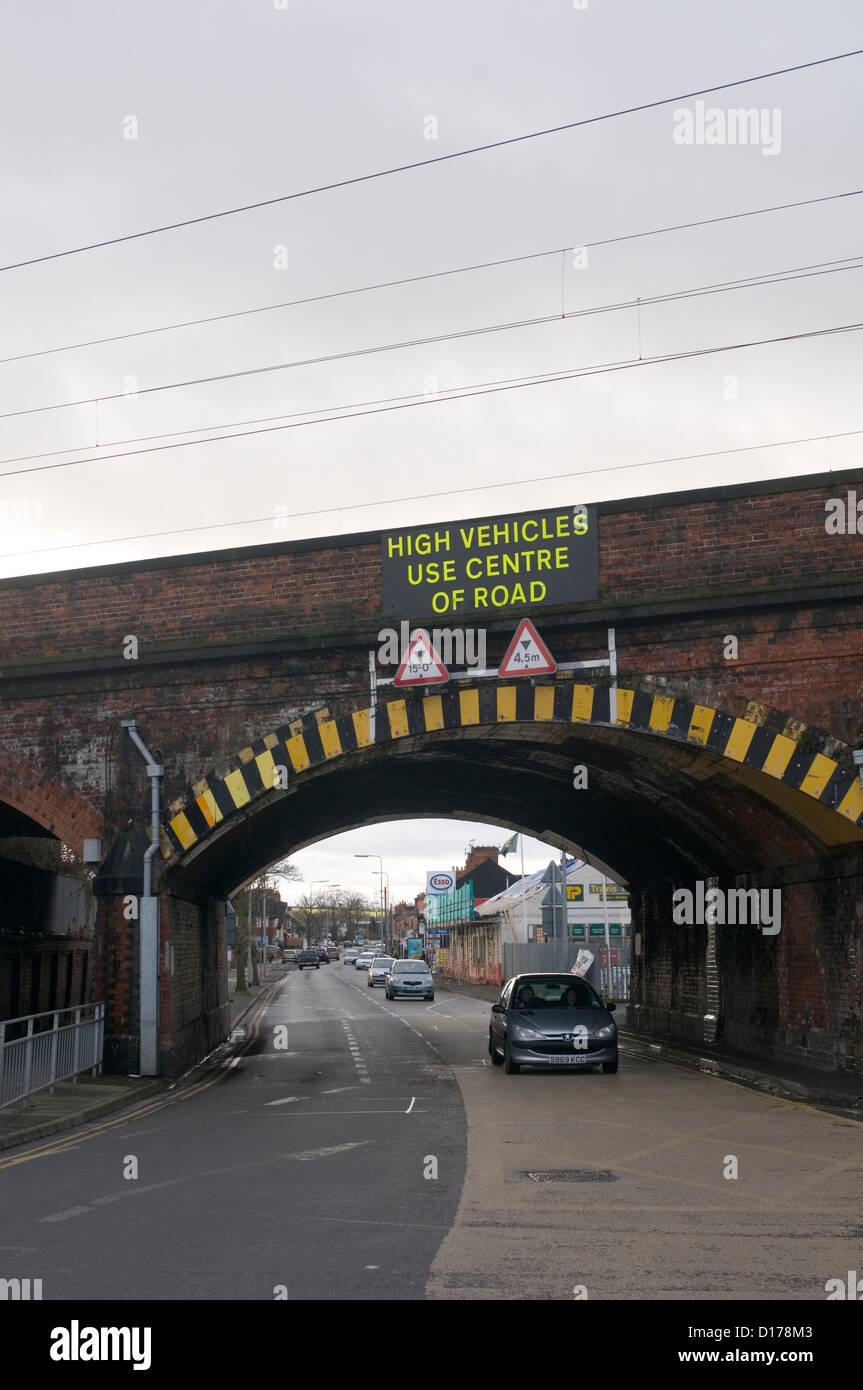 Pont ponts bas signer Route Rail limitation de hauteur d'avertissement Photo Stock