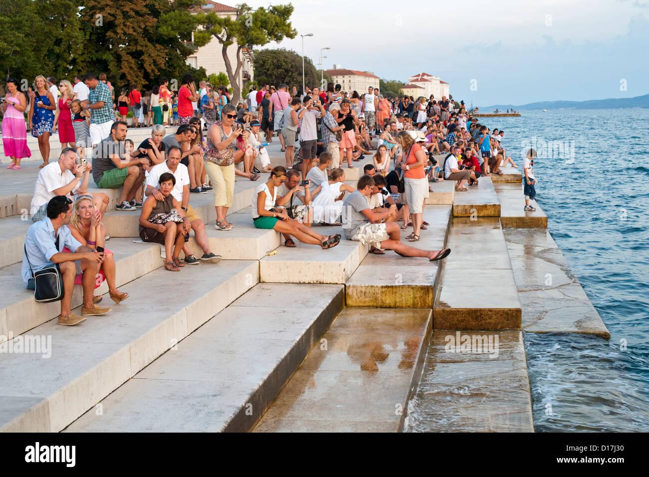 Les gens sur les marches de l''mer' orgue de Zadar sur la côte Adriatique de Croatie. Photo Stock