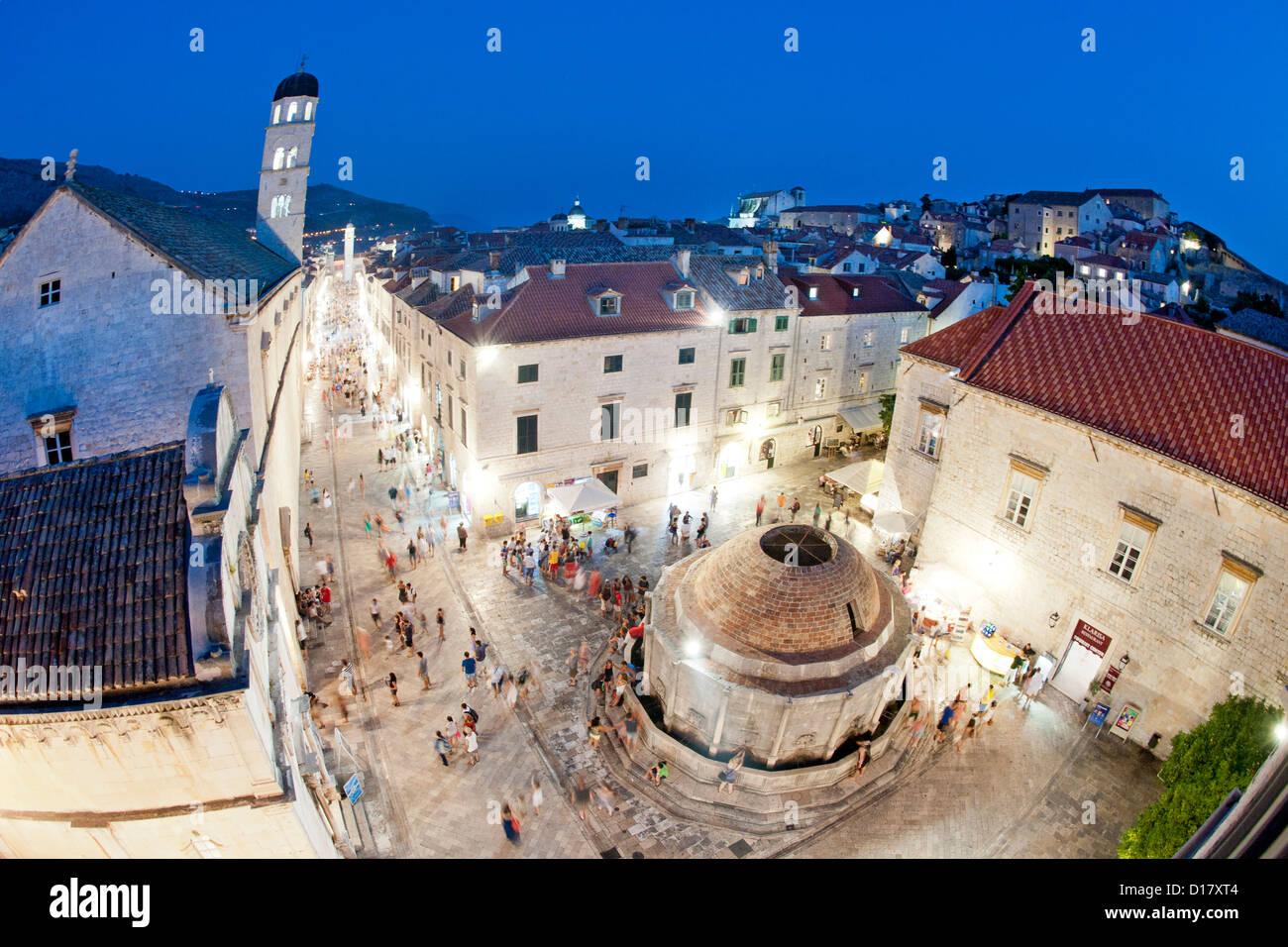 Grande Fontaine d'Onofrio (Velika Onofrijeva Fontana) et le Stradun (rue principale) dans la vieille ville de Dubrovnik, Croatie. Banque D'Images