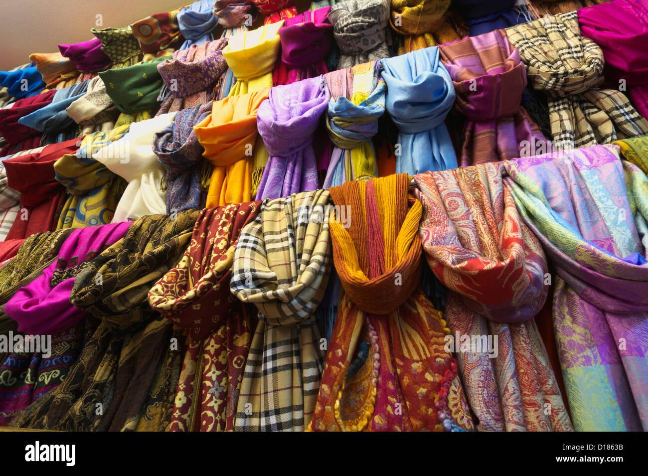b98e9039ec7d La Turquie, Istanbul, Grand Bazar (Kapalicarsi) pashmina foulards en soie, à