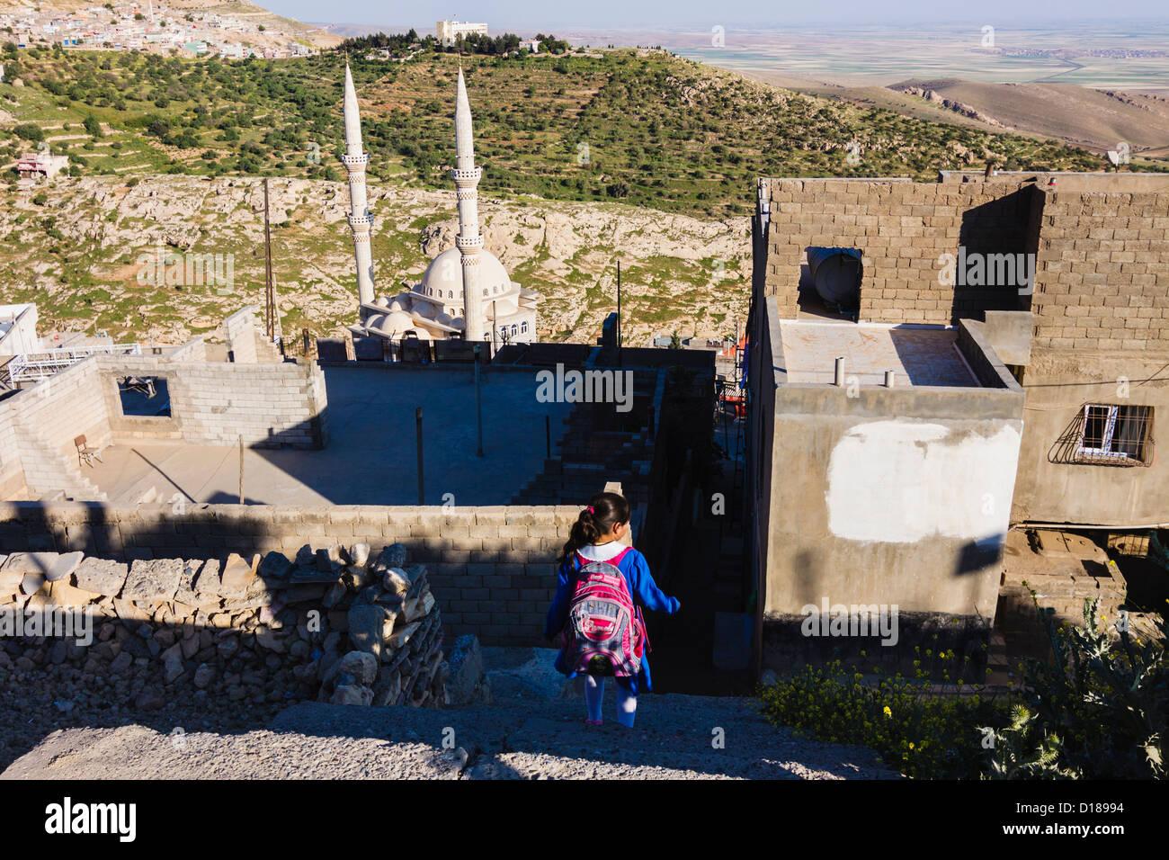 Lycéenne de rentrer dans la périphérie de Mardin, dans le sud-est de la Turquie Photo Stock
