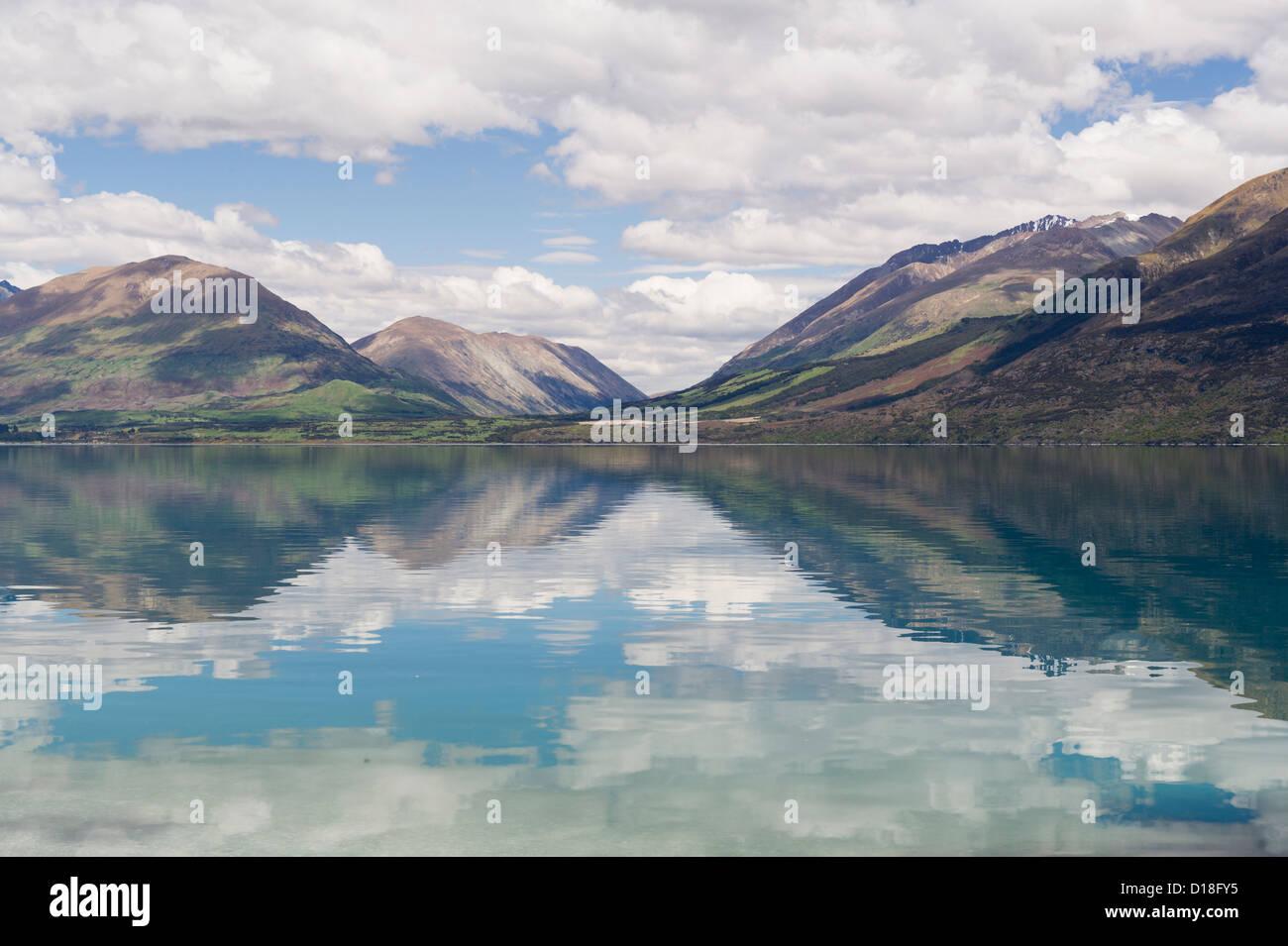 Les nuages et le ciel reflète dans le lac encore Photo Stock